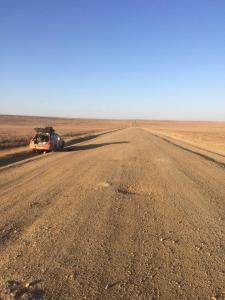 Piste bis zum Horizont in der kasachischen Steppe