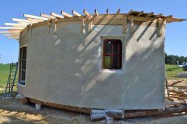 Kalkputz auf Strohwand - limeplaster on straw bale wall