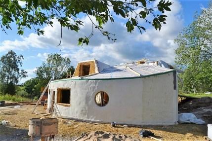 2016-7-06-07-strawbale-hobbithouse-sweden-9