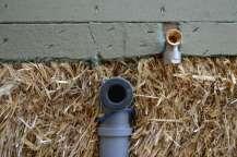Installationen Strohballenwand Wasser