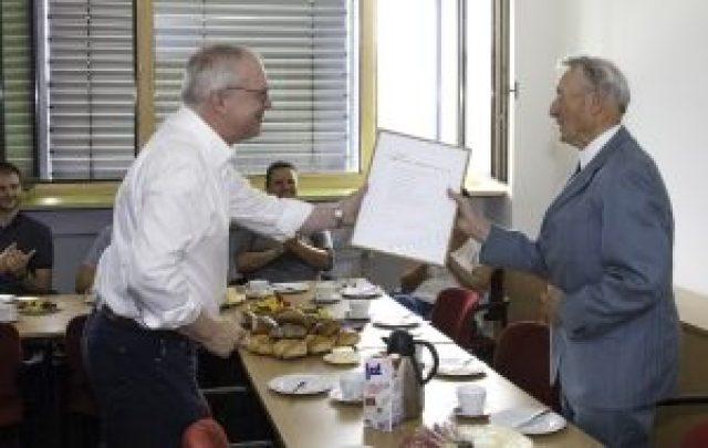Prof. Manfred Curbach überreicht die Goldene Urkunde. Foto: © Sven Hofmann