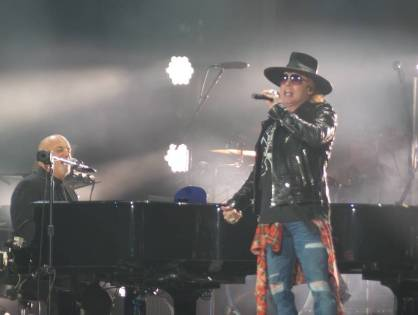 Assista: Axl Rose participa de show do Billy Joel cantando AC/DC.