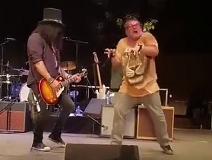 "Slash e o ator Jack Black tocam ""Welcome To The Jungle"""