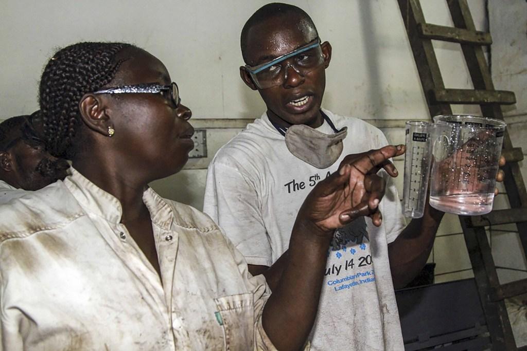 une-coplicite-entre-deux-jeunes-chimistes-dans-lusine-du-chocolat-de-lentrepreneur-ouakoulou