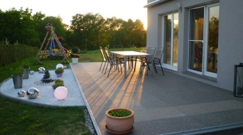 Langlebig und ansehnlich: Mit Natursteinelementen gelingt die individuelle Gestaltung der Terrasse im Handumdrehen.