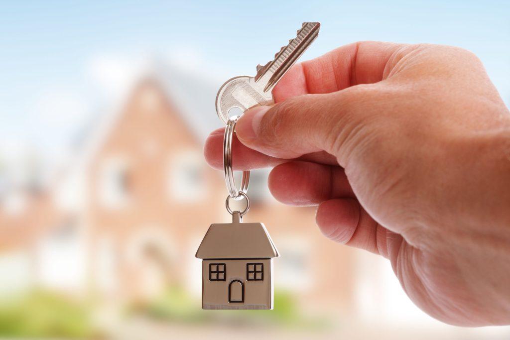 Damit sich die Familie später in den eigenen vier Wänden auch wirklich wohl fühlen kann, sollten alle Aspekte beim Grundstückskauf sorgsam geprüft werden.