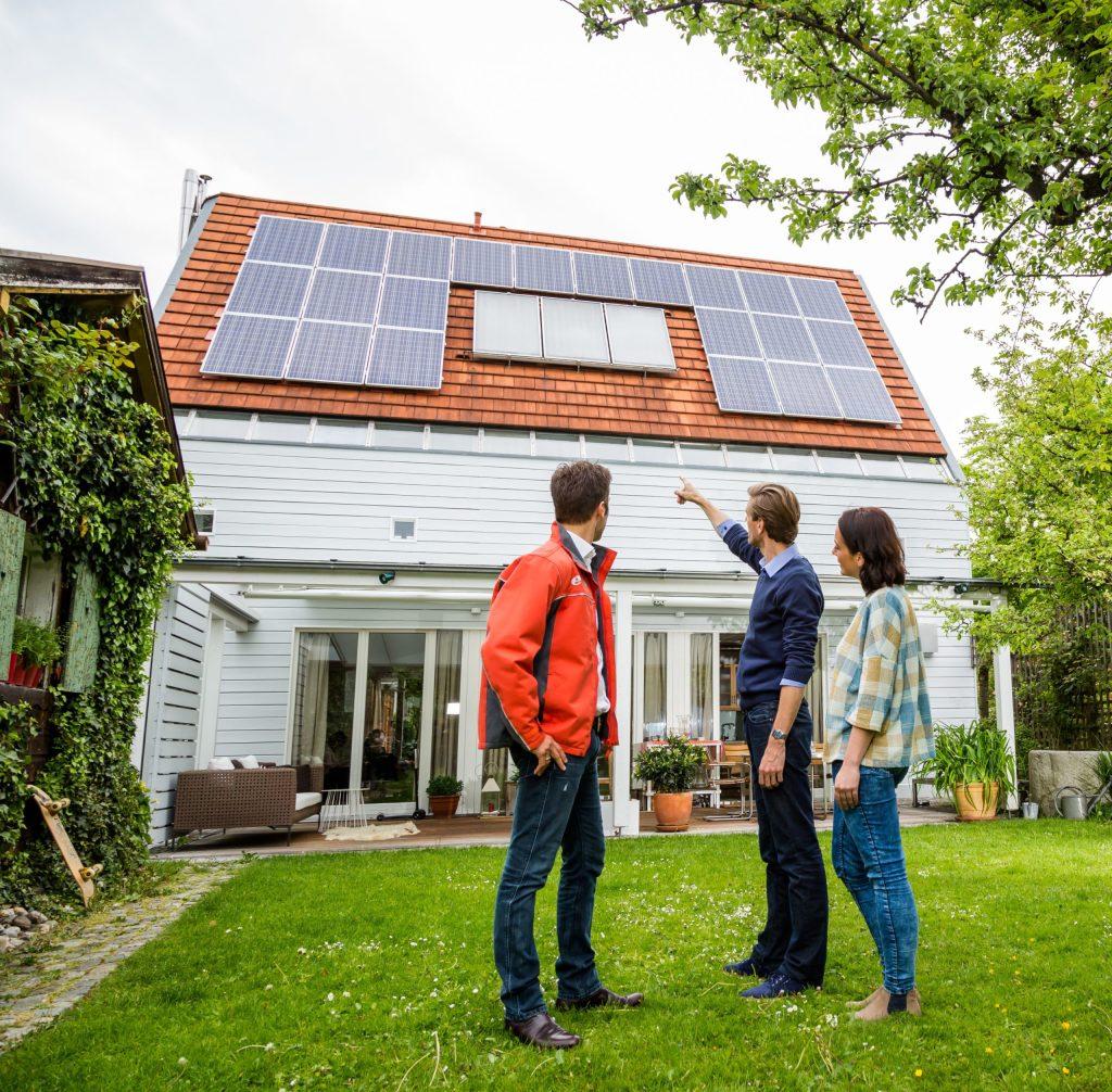 Wer Elektro-Leerrohre bis unters Dach bei der Planung seiner Hausinstallation vorsieht, kann zum Beispiel eine Photovoltaikanlage mit geringem Aufwand nachrüsten.