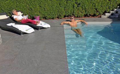 Mann entspannt im Swimmingpool