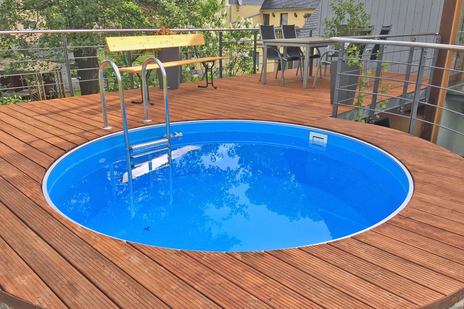 Runder Swimmingpool auf der Terrasse