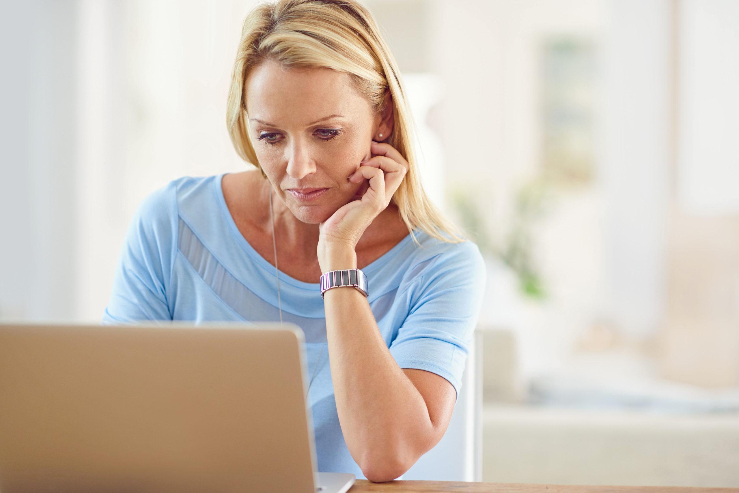 Frau checkt die Werte der Fernablesung am Computer