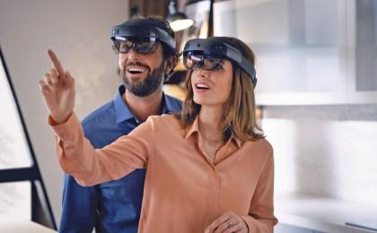 Paar bei der Küchenplanung per Mixed-Reality-Brille