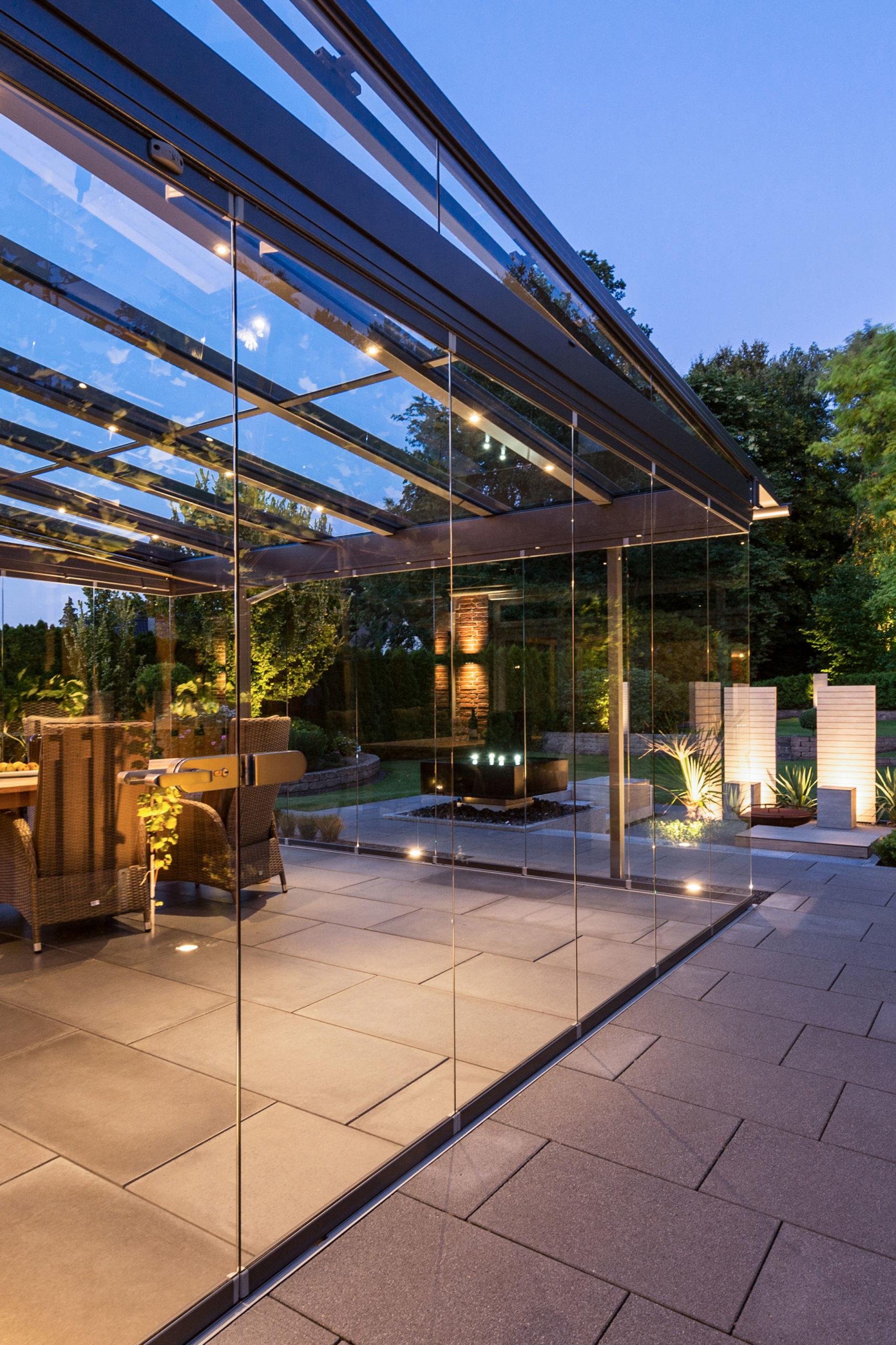 Glashaus auf der Terrasse am Abend
