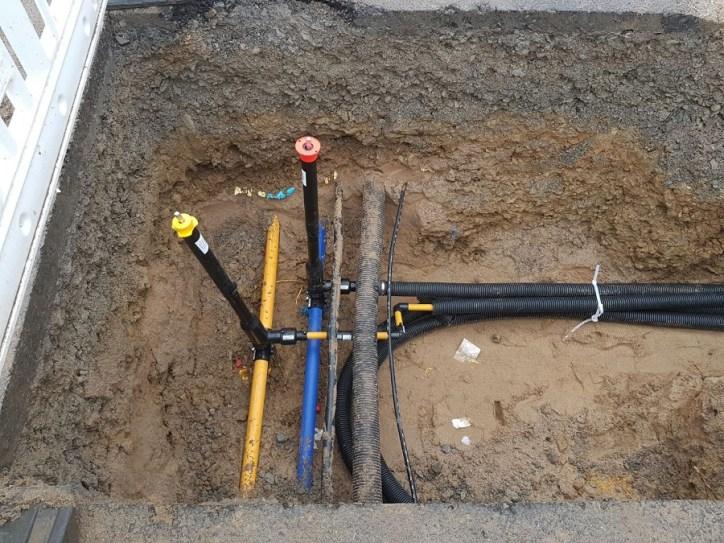 Die Leitungen in der vertikalen verlaufen in der Straße und die horizontalen laufen zum Haus