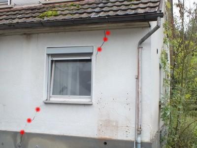 Schrott-immobilie schaetzen in Traumlage, Risse, feuchte Stellen