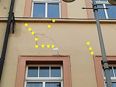Risse in der Putzfassade Fensterbrüstung, gefährliche Rissbildungen, Rissbilder,