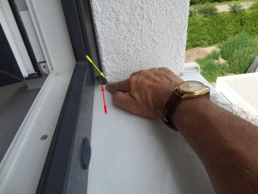 Bausachverständiger, Bausachverstaendiger,Kontrolle der Fenster vor Ort