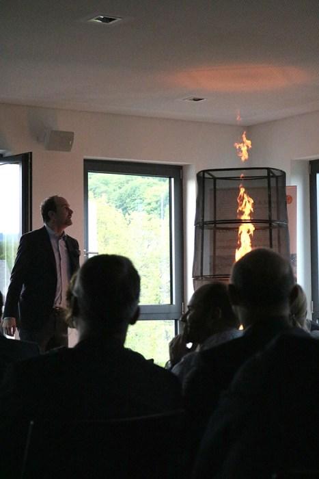 """Lutz Langhoff bei seiner """"Feuershow"""""""