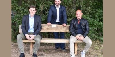 Christof Mühling EAM, Erster Stadtrat Daniel Jung, Marco Greif Leiter des Baubetriebshof, Bank am Hermannsheckchen
