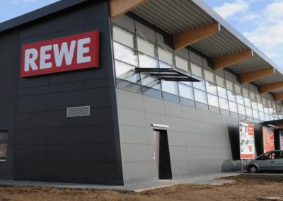 Fassade – REWE Supermarkt