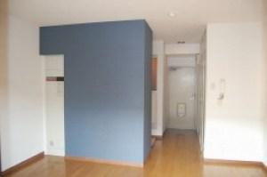 ワンポイントで藍色の壁クロス 改装 リフォーム