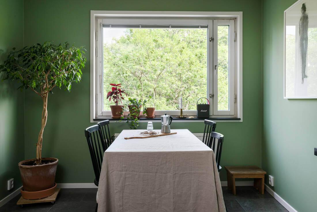 Zavirite u očaravajući stan u kojem ćete se osjećati kao u urbanoj zelenoj oazi