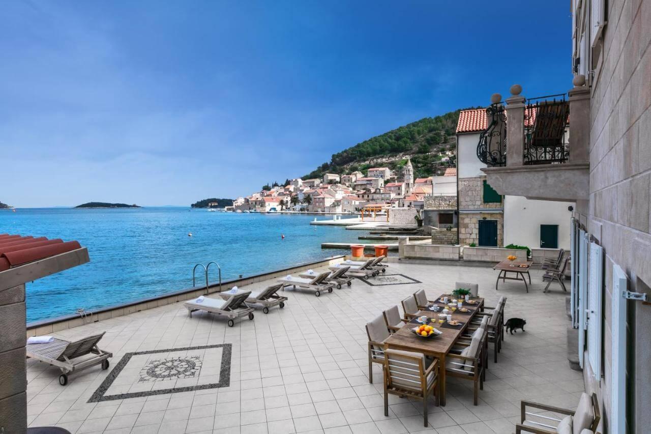 Direktan ulaz u more: Privatna terasa luksuzne vile na Jadranu potpuno presjekla javnu plažu