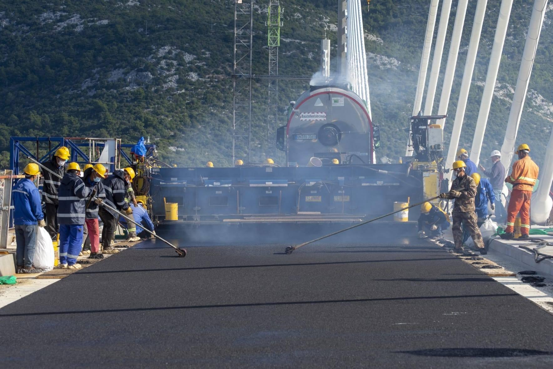 Počelo asfaltiranje Pelješkog mosta: Pogledajte kako napreduju radovi