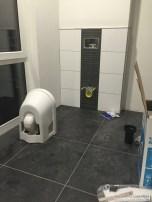 Holger installiert Toiletten im Bad