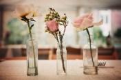 Enkla blommor i små glasflaskor