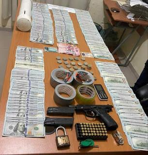 Fiscalía de La Romana incauta 46 mil dólares, 34 mil pesos y porciones de cocaína en allanamientos