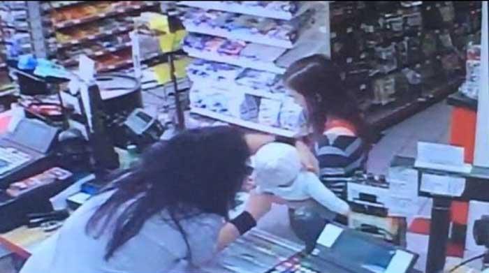 Եթե խանութի աշխատակիցը ժամանակին չհասցներ վերցնել երեխային մոր գրկից, չեմ ուզում պատկերացնել, թե ինչ տեղի կունենար (Տեսանյութ)