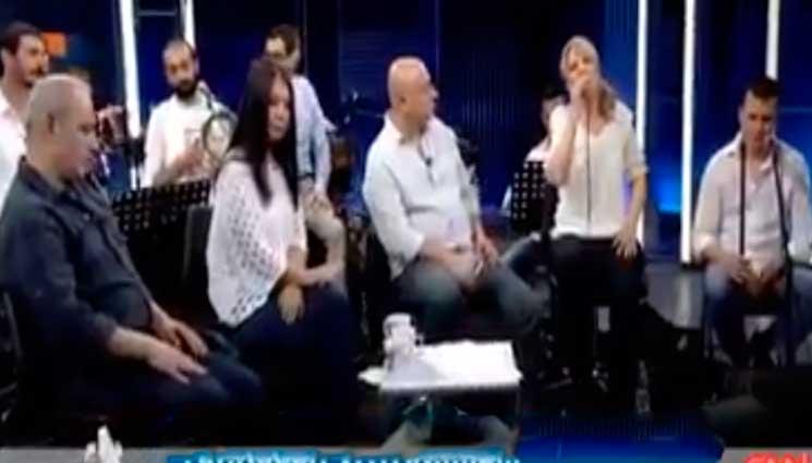 Թուրքական խումբը կատարում է Գուսան Շահենի «Զեփյուռ կդառնամ» նշանավոր երգը