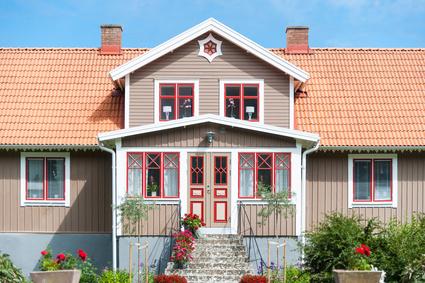 Farbig gestalteter Hauseingang von einem traditionellen Einfamilienhaus