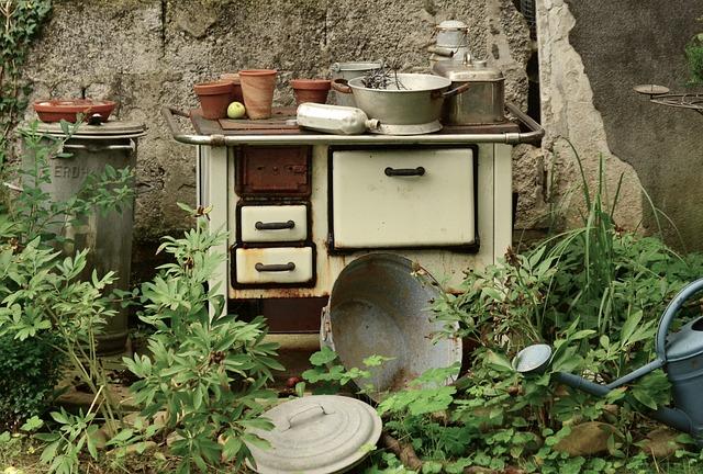 Ein alter Küchenofen dient als Gartendeko Idee
