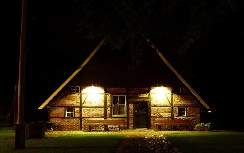von aussen beleuchtetes Bauernhaus