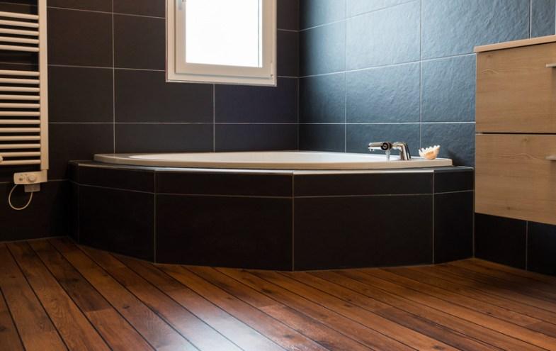 Modernes Bad mit Holzboden