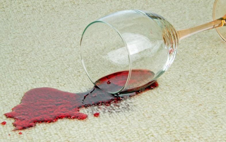 Rotweinfleck auf weissem Teppich