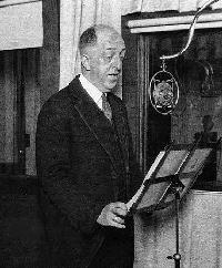 Doc Herrold broadcasting on KQW in the 1920s (photo)
