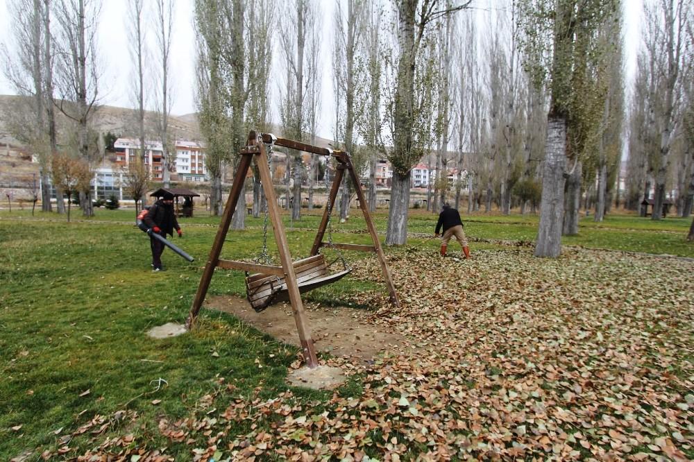 Park ve bahçelerde temizlik ve bakım çalışmaları devam ediyor