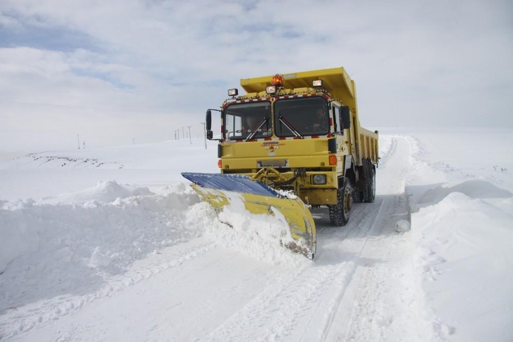 Bayburt'ta köy yollarında kar temizleme çalışması yapıldı