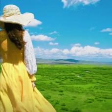Девушка в жёлтом платье