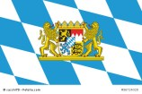 Großes bayerisches Staatswappen auf weiß-blauer Rautenflagge