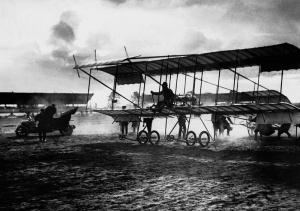 Старт аэроплана «Фарман» на Коломяжском ипподроме.  Карл Булла. 1910