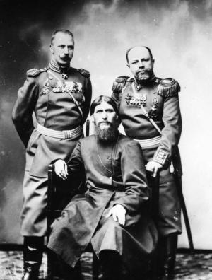 Григорий Распутин с офицерами