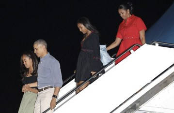 Obamas Touchdown In Hawaii For Final Vacation On Your Dime