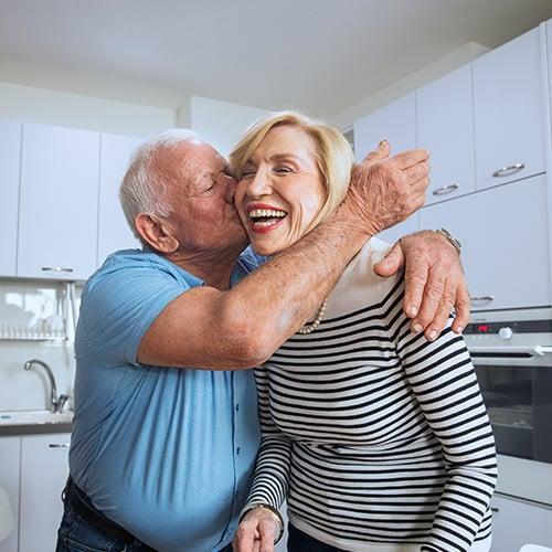 זוג אנשים שמחים בדיור מוגן