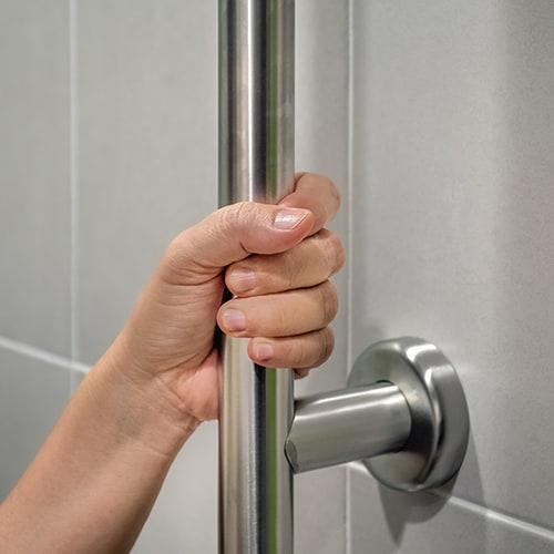 אחיזה בברזל למניעת נפילות קשישים באמבטיה