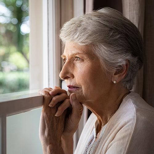 קשישיה עם דמנציה מביטה בחלון