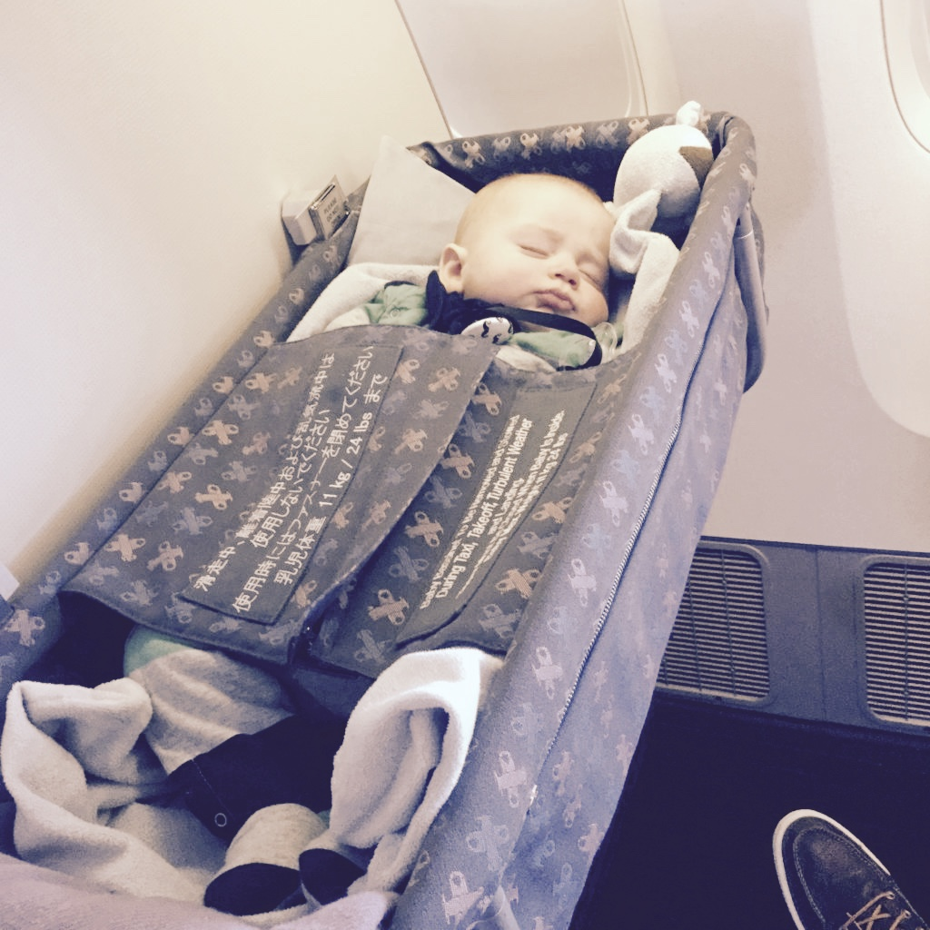 bebe qui dors dans un berceau
