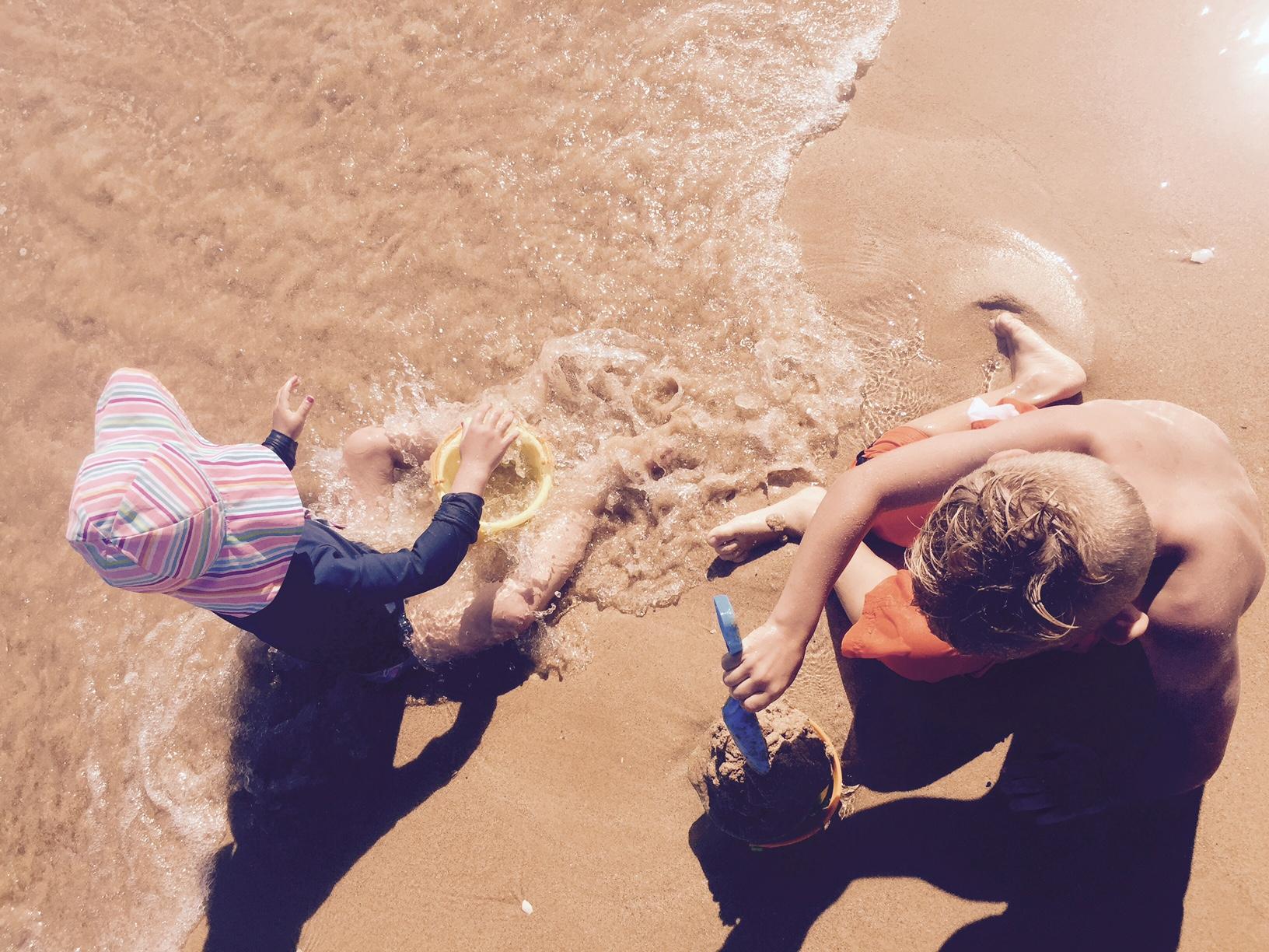 Jouer à la plage avec enfants